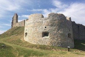 Zrúcaniny hradu Branč.