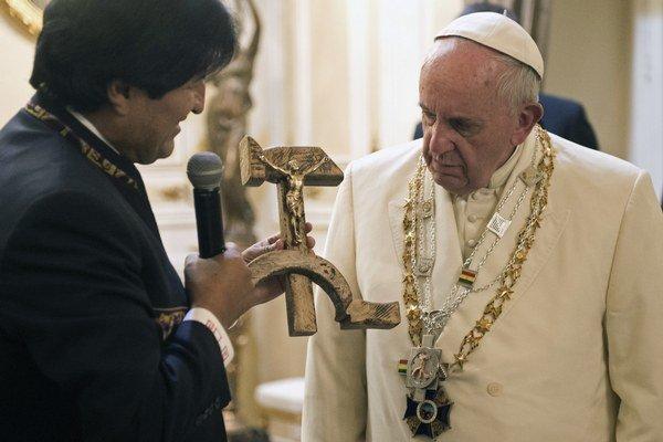 Pápež František dar od bolívijského prezidenta najprv prijal, no po chvíľke skúmania a mlčania predmet Moralesovi vrátil.