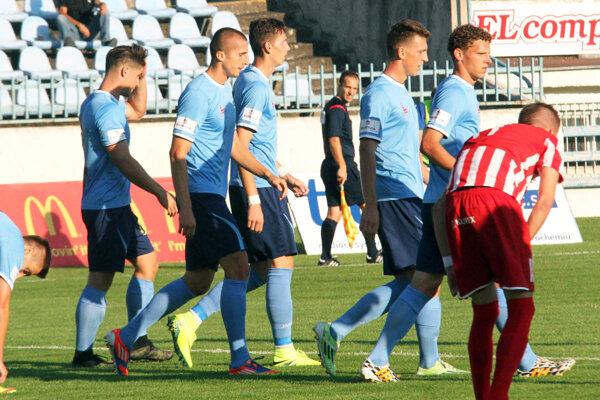 Na výhre 2:0 sa gólovo podieľali Marián Kolmokov (druhý zľava) a Filip Balaj (tretí zľava).