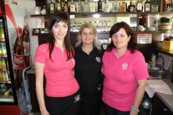 Nepočujúca Lucia (vľavo) dáva prácu v kaviarni dvom ďalším čašníčkam s rovnakým hendikepom.