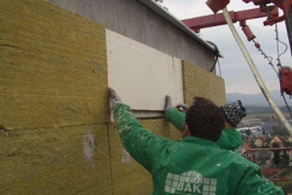 Búdky pre netopiere postavili počas zatepľovania paneláku vo výške jedenásteho poschodia.