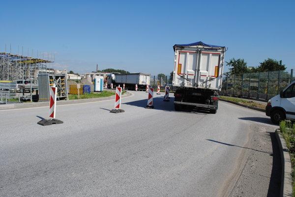Stavba miniobchvatu. Pod jej vplyvom sa zmenia trasy liniek MHD vsmere zo Švábov.