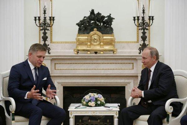 Robert Fico (vľavo) a Vladimir Putin (vpravo)