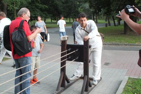 Komisár Igor Svítok (v červenej košeli) dokumentuje akciu.