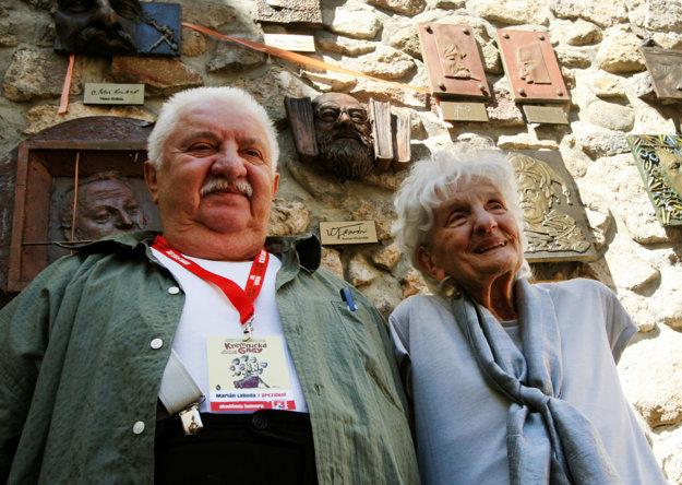 Marián Labuda ako prezident Akadémie humoru a manželka Kornela Földváriho Naďa.