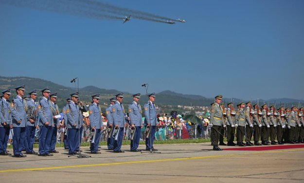 Symbolický prelet stíhačiek MiG-29 počas úvodného ceremoniálu leteckých dní.