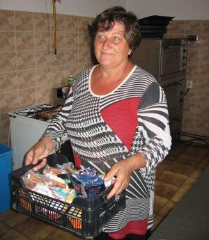 Pani Helena Bugošová už zhromažďuje zásoby v kuchynke miestneho kaštieľa.