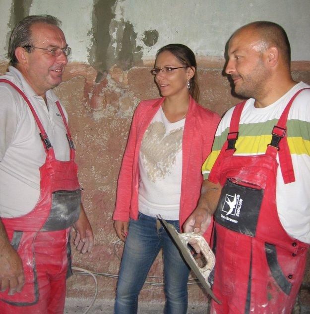 Starostka obce Gabriela Viazanková s robotníkmi pri oprave škôlky.