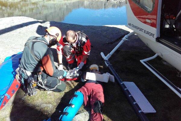 Záchranári zviezli horolezkyňu v podvese vrtuľníka zo steny k Téryho chate, tu je preložili na palubu.