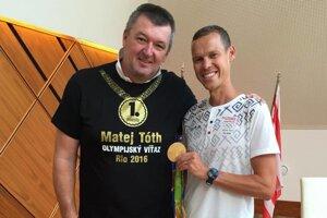 Lučenčan Ján Garaj s naším zlatým olympionikom Matejom Tóthom.