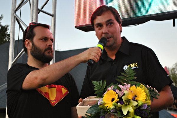 Zástupca Florbalového klubu Michalovce Gerhard Puchír si prevzal ocenenie.