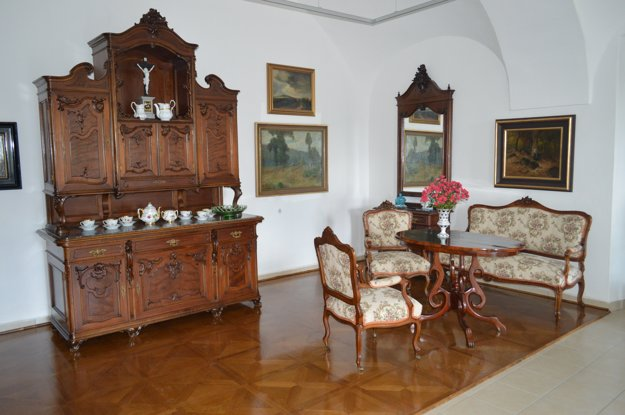 Nábytok z 19. storočia. Je súčasťou expozície.