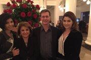 Rodina Buckinghamovcov. Mama Zarin pochádza z Iránu, otec je Američan a s dvoma dcérami žili na Slovensku.