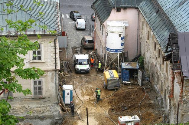Takto vyzeralo stavenisko v máji. Pre výstavbu zmizla budova z 20. storočia.