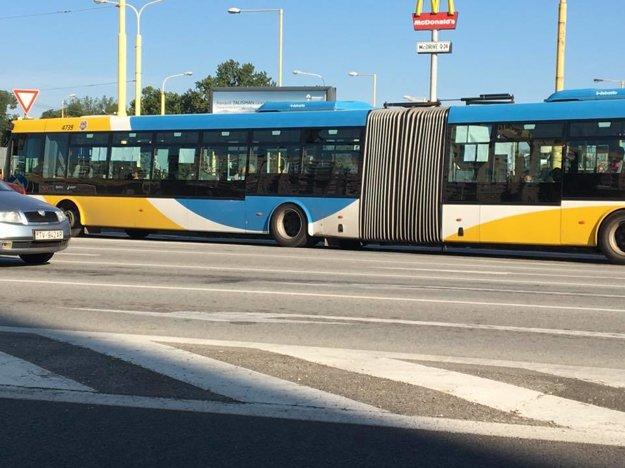 Aj autobus mal šťastie.Škodovka ho minula.