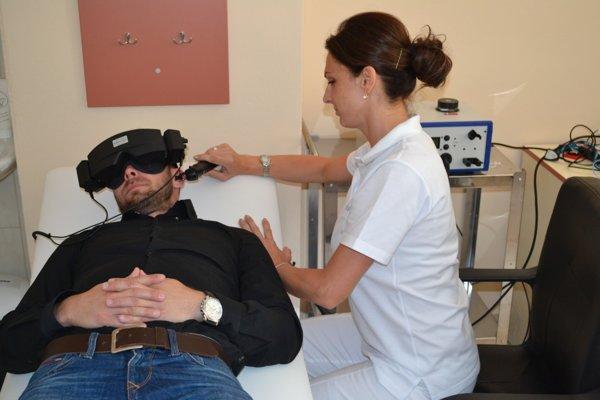 Pacient počas prebiehajúceho vyšetrenia rovnovážneho aparátu.