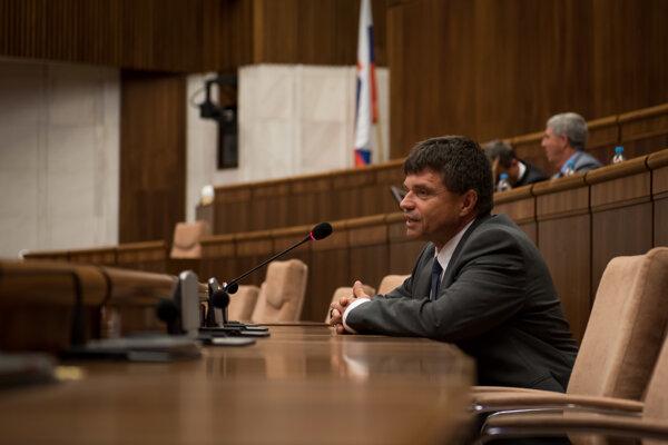 Minister školstva Peter Plavčan počas simulovanej Hodiny otázok Detskej Univerzity Komenského.