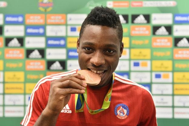 Kingsley Madu výkonmi v drese Trenčína zaujal aj v národnom mužstve. S Nigériou vybojoval na olympiáde v Riu bronzovú medailu. V klube s ňou ešte stihol zapózovať, teraz však odchádza.