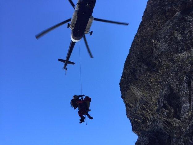 Horolezcov zo steny dostal vrtuľník.