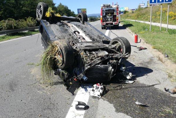 Po nehode. Auto vyletelo mimo cesty a po kotrmelcoch skončilo opäť na vozovke.