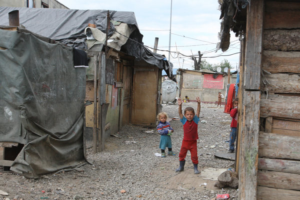 Ľudia z osady v Moldave nad Bodvou poštu do schránok nedostávajú, musia si pre zásielky chodiť na poštu.