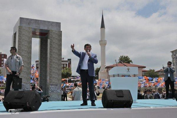 Premiér Ahmet Davutoglu (uprostred) má prejav na predvolebnom zhromaždení v Istanbule.
