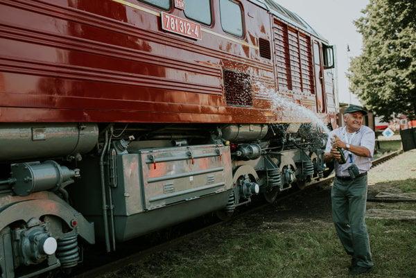 Sergeja pokrstili šampanským. Miloš Slávik, dlhoročný riaditeľ prevádzky, organizačne zabezpečoval účinkovanie Sergeja na natáčaní. Podvihorlatskému spolku daroval šiltovku, ktorú dostal od producentov filmu.