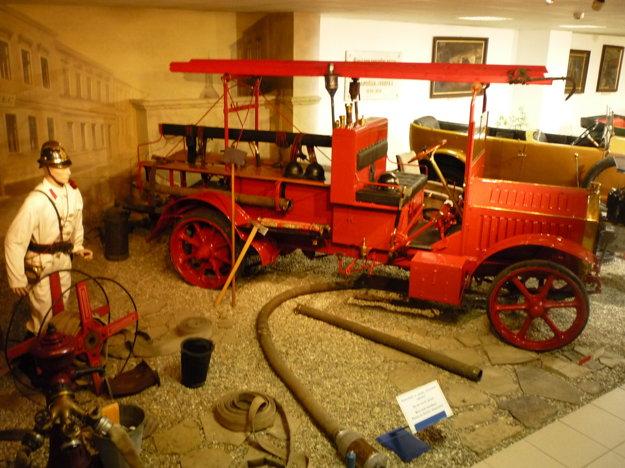 Hasičské vozidlo /1910/. Predstavili ho na svetovej výstave vBuenos Aires vArgentíne, získalo tam hlavnú cenu vkategórii úžitkových vozidiel.