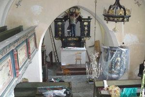 Pohľad na osadený oltár. Montáž maľby vzkriesenia vozdobnom vyrezávanom ráme.