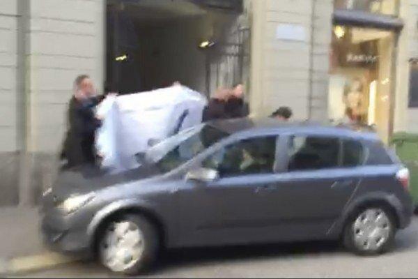 Šesť funkcionárov zadržala švajčiarska polícia pred kongresom Medzinárodnej futbalovej federácie.