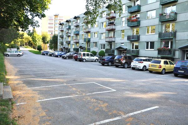 Bytovka na Matúškovej ulici. Obyvatelia žiadali omožnosť parkovania pre návštevy.