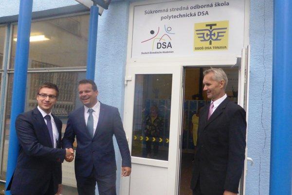 zľava - generálny riaditeľ UPSVAR Marián Valentovič, predseda predstavenstva DSA Marek Nikel, riaditeľ školy Roman Michalička
