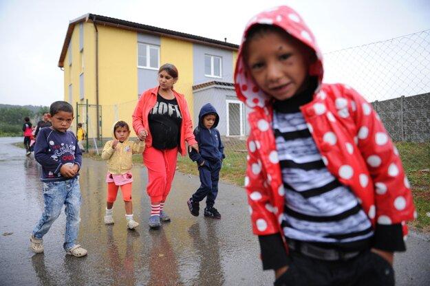 Na snímke rodičia s deťmi pred novou školou v Ostrovanoch 5. septembra 2016.