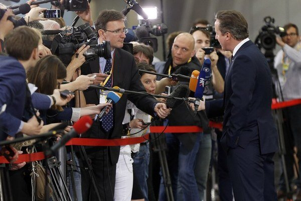 Najväčšiu pozornosť na summite pútal David Cameron, ktorý začal rokovania o zmenách podmienok členstva v Únii.