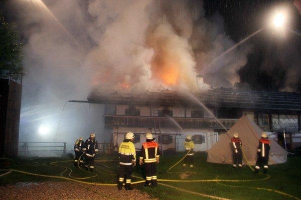 Požiarnici sa snažia zahasiť požiar v penzióne.