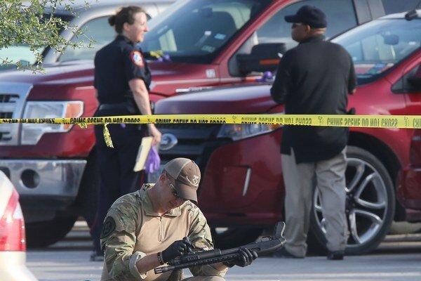 Policajti kontrolujú zaistené zbrane.