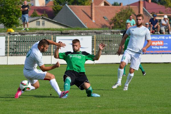 V sobotu sa futbalistom novozámockého FKM (v zelenom) nepodarilo ndaviazať vo Veľkom Mederi na svoj domáci výkon zo štvrtka apodľahli na domácim vpomere 2:0.
