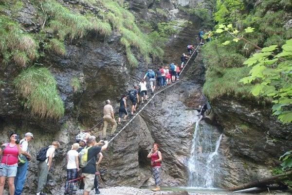 Zástupy turistov na Misových vodopádoch. Odohralo sa tu nešťastie.