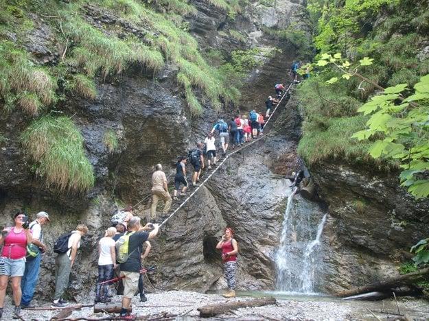 Zástupy turistov na Misových vodopádoch.