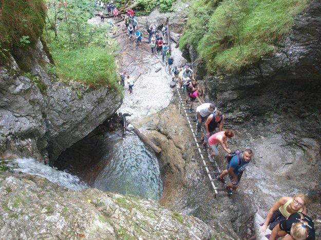 Misové vodopády pri pohľade zhora.