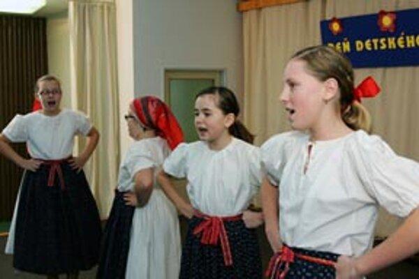 Spevácka časť detského folklórneho súboru Briezka z Nedožier-Brezian.
