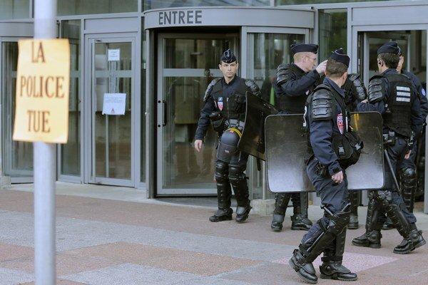 Policajti sa postavili pred súd.