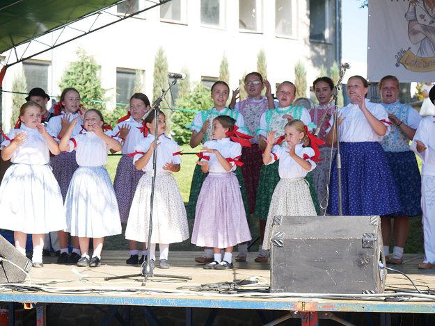 Na obecnom podujatí vystúpila aj domáca folklórna skupina Poludienok.
