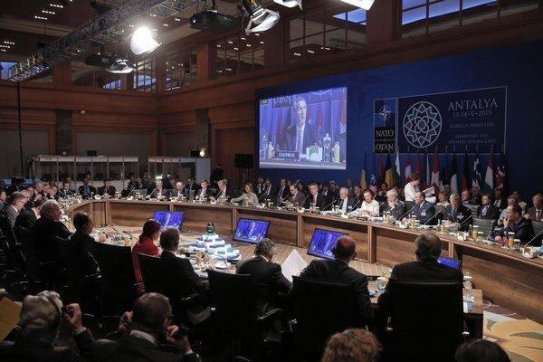 Generálny tajomník NATO Jens Stoltenberg otvára zasadnutie na konferencii ministrov zahraničných vecí NATO v Antalyi.
