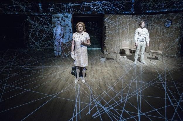 Daniela Kuffelová v inscenácii Hamlet je mŕtvy v Divadle Andreja Bagara v Nitre.