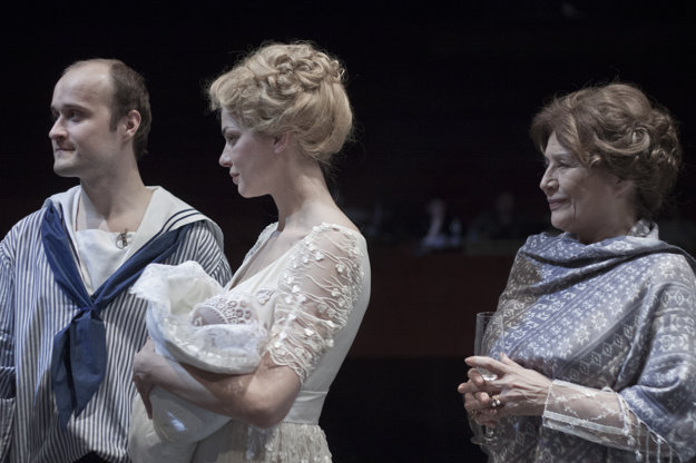Petra Vajdová, Emília Vášaryová a Daniel Fisher v inscenácii Fanny a Alexander.
