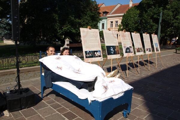 Poslanec Ďurišin a štatutárka OZ MyMamy spoločne demonštrujú násilie na ženách.