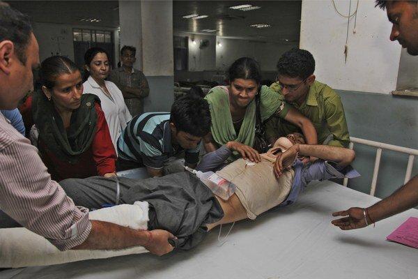 Rakesh Kumar sa zranil počas nehody autobusu, ošetrili ho v univerzitnej nemocnici v meste Jammu.