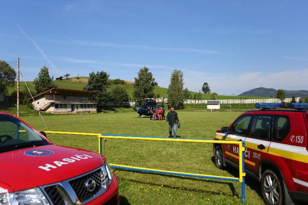 Štáb záchranárov na futbalovom ihrisku v Strelníkoch.