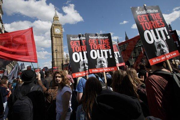 Cameron síce vyhral voľby, no jednoduché to mať nebude. Už cez víkend ľudia žiadali jeho odchod.